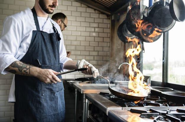 Chef cozinhando comida cozinha de restaurante