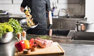 Cozinheiro jogando vegetais para cima com a frigideira