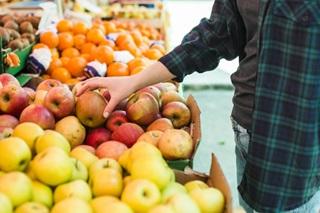 Pessoa comprando frutas vegetais