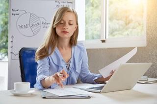 Mulher loira jovem trabalhando no escritório