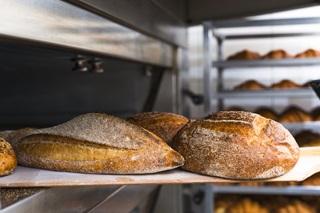 Pães frescos de padaria saindo do forno